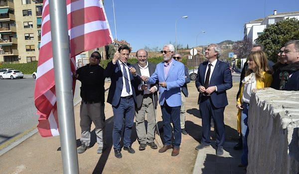 El Ayuntamiento coloca banderas del granada CF en el paseo de Europa